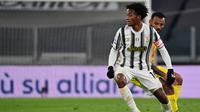 Pemain Juventus, Juan Cuadrado, berkesempatan menjadi kapten Bianconeri ketika menghadapi Cagliari, Minggu (22/11/2020) dini hari WIB. (MIGUEL MEDINA / AFP)