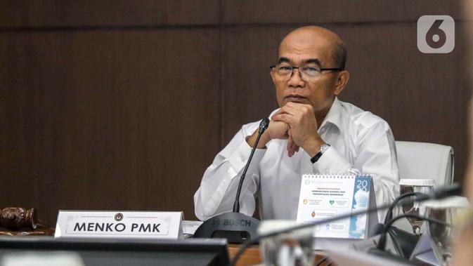 Menteri Koordinator Bidang Pembangunan Manusia dan Kebudayaan (Menko PMK) Muhadjir Effendy (kanan) saat memimpin rapat koordinasi tingkat menteri di Kantor Kemenko PMK, Jakarta, Senin (17/2/2020). Rapat tertutup tersebut membahas program jaminan kesehatan nasional. (Liputan6.com/Faizal Fanani)