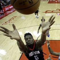 Pemain Houston Rockets, Clint Capela (15) berusaha merebut bola dari jangkauan pemain Detroit Pistons, Andre Drummond pada laga NBA basketball game, di Toyota Center, Houston, (22/3/2018). Rockets menang 100-96. (AP/David J. Phillip)