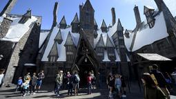 """Sejumlah pengunjung berkeliling di desa Hogsmeade saat soft opening dan tur media taman bermain bertemakan """"The Wizarding World of Harry Potter"""" di Universal Studios Hollywood, Los Angeles, California, 22 Maret 2016. (REUTERS/Kevork Djansezian)"""