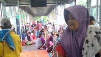 Halte Transjakarta Jembatan Baru, Cengkareng, Jakarta Barat menjadi tempat pengungsian korban banjir, Rabu (1/1/2020). (foto: Humas Trasjakarta)