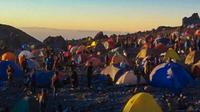 Suasana di Pasar Bubrah Gunung Merapi yang sarat dengan tenda pendaki. (foto: Liputan6.com / dok.pribadi/Edhie Prayitno Ige)