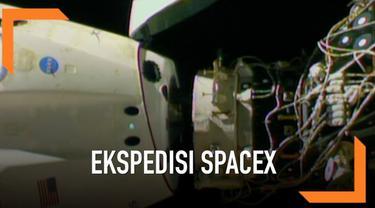 SpaceX Dragon melepaskan diri dari ISS menuju bumi. Mereka membawa boneka astronot bernama Ripley untuk pulang.