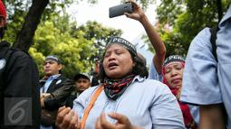 Seorang pengunjuk rasa menangis saat menggelar aksi di Kementerian BUMN, Jakarta, Selasa (19/1). Mereka menuntut direksi Perum Peruri mundur lantaran tidak mendapat hak sepenuhnya sebagai pekerja di lembaga pencetak rupiah itu (Liputan6.com/Faizal Fanani)