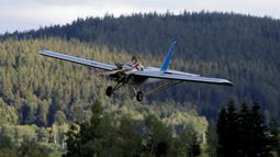 Frantisek Hadrava mengendarai pesawatnya saat menuju tempat kerjanya, di Zdikov, Republik Ceko, Selasa (23/8). Dengan pesawat ini Hedrava hanya butuh waktu sekitar tujuh menit menuju tempat kerjanya.  (REUTERS/David W Cerny)