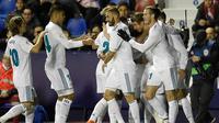 Pemain Real Madrid merayakan gol yang berhasil dicetak oleh Sergio Ramos saat melawan Levante dalam pertandingan Liga Spanyol melawan Levante  di stadion Ciutat de Valencia di Valencia (3/2). (AFP Photo/Jose Jordan)