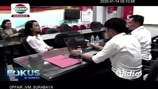 Penyanyi Eka Deli Mardiyana memenuhi panggilan pemeriksaan sebagai saksi di Kepolisian Daerah Jawa Timur (Polda Jatim) terkait kasus investasi bodong MeMiles, Senin (13/1/2020). Ia datang dengan didampingi tim kuasa hukum langsung menjalani pemeriksa...