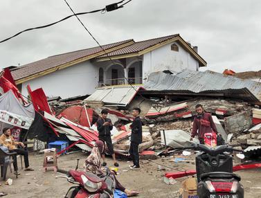 Tangis Histeris Keluarga Korban Gempa Magnitudo 6,2 di Mamuju