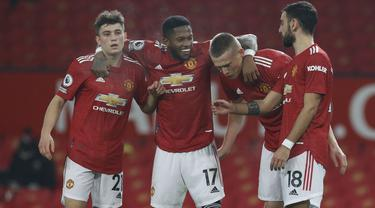 Gelandang Manchester United, Scott McTominay (kedua kanan) bersama rekan setimnya merayakan gol yang dicetak ke gawang Southampton dalam lanjutan Liga Inggris di Old Trafford, Rabu (3/1/2021) dini hari WIB. MU memberondong gawang Southampton dengan sembilan gol tanpa balas. (Phil Noble/Pool via AP)