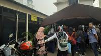 Polres Jakarta Selatan dipadati warga yang ingin membuat SKCK untuk CPNS 2019, Selasa (12/11/2019). (Merdeka.com/ Tri Yuniwati)