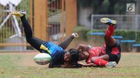 Pemain Rugby putri Papua dan DIY Yogyakarta berebut bola pada Kejurnas Rugby 7's di GOR Soemantri Brodjonegoro, Jakarta, Rabu (25/10). Ajang ini merupakan seleksi jelang Asian Games 2018 dan menguji kesiapan panitia. (Liputan6.com/Helmi Fithriansyah)