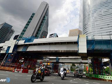 Pengendara sepeda motor berjalan di bawah kontruksi pembangunan jalan raya yang menghubungkan antara Tokyo Olympic Village 2020 dan Kota Tokyo. (AFP/Toru Yamnaka/wwn)