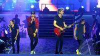 Di tengah rintikan hujan dan penuh sesak penonton, One Direction berhasil menyelesaikan tur Asia mereka di Jakarta.(Foto: Faisal R Syam)