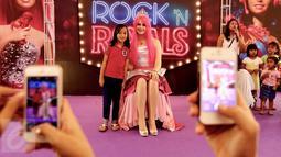 Seorang anak foto bersama wanita cantik berkarakter Barbie di pusat perbelanjaan Lippo Mall Kemang, Jakarta, Sabtu (19/12). Momentum bersama Barbie yang mengangkat tema Barbie Rock N Royals menghadirkan kegiatan menarik.  (Liputan6.com/Fery Pradolo)