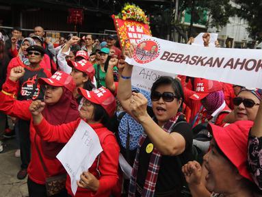 Massa pro Basuki Tjahaja Purnama atau Ahok yang tergabung dalam Komunitas Bangsa Bersatu melakukan aksi di depan PN Jakarta Utara, Senin (26/2). Mereka mendukung peninjauan kembali (PK) yang diajukan oleh Ahok. (Liputan6.com/Arya Manggala)
