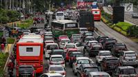Kendaraan terjebak macet satu arah di Jalan Sudirman - MH Thamrin ketika berlangsungnya aksi peringatan Hari Buruh 2019 di kawasan Bundaran HI, Jakarta, Rabu (1/5/2019). Kemacetan lalulintas ini diakibatkan aksi buruh yang bergerak menuju Istana Negara. (Liputan6.com/Johan Tallo)