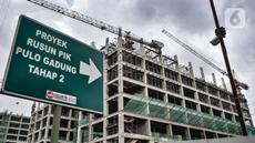 Pekerja menyelesaikan proyek pembangunan rumah susun sewa (Rusunawa) PIK Pulogadung, Jakarta, Kamis (25/2/2021). Pemprov DKI Jakarta menargetkan proyek pembangunan 10 rusun, di antaranya yakni Rusunawa PIK Pulogadung. (merdeka.com/Iqbal S. Nugroho)