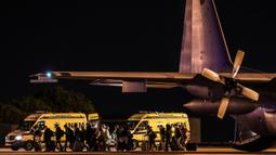 Penumpang yang diterbangkan dari Wuhan tiba di pangkalan militer Figo Maduro, Lisbon, Portugal, Minggu (2/2/2020). Portugal memulangkan warganya dari Wuhan menyusul wabah virus corona di kota tersebut. (Photo by MÁRIO CRUZ/POOL/AFP)