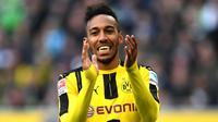 Striker Dortmund, Pierre-Emerick Aubameyang, saat tampil melawan M'Gladbach pada laga Bundesliga di Stadion Borussia Park, Moenchengladbach, Sabtu (22/4/2017). (AFP/Patrick Stollarz)