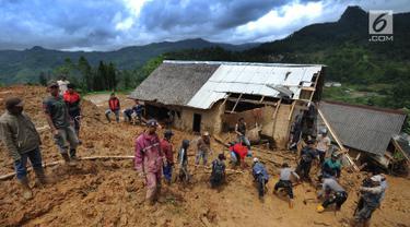 Tim SAR dan relawan mencari korban musibah tanah longsor di Dusun Cimapag, Sirnaresmi, Cisolok, Sukabumi, Jawa Barat, Selasa (1/1). Tim SAR dan relawan bahu-membahu secara manual dengan menggunakan tangan dan cangkul. (Merdeka.com/Arie Basuki)