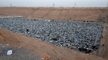 Pemandangan puluhan ribu mobil sitaan yang berada di penampungan Wadi Laban, Riyadh, Arab Saudi, 15 April 2016. Puluhan kendaraan ini disita oleh kepolisian Arab Saudi atas berbagai kasus pelanggaran lalu lintas. (Fayez NURELDINE/AFP)