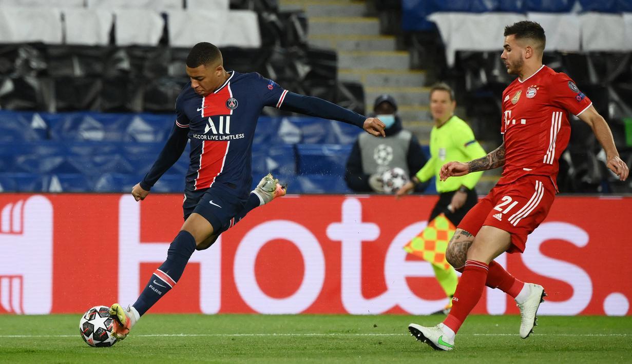 Penyerang PSG,  Kylian Mbappe (kiri) berusaha menembak bola dari kawalan bek Bayern Munchen, Lucas Hernandez pada pertandingan leg kedua perempat final Liga Champions di Parc des Princes stadium, Paris, Selasa (14/4/2021). Munchen menang atas PSG dengan skor 1-0. (AFP/Franck Fife)