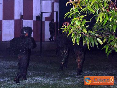 "Citizen6, Subang: Prajurit Kompi ""B"" BS Paskhas sedang menyelinap untuk merebut tower Lanud Suryadarma. (Pengirim: Dodo)"