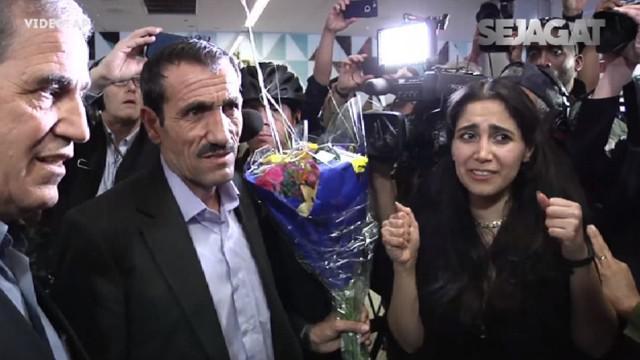 Tak hanya warga, Walikota Los Angeles, Eric Garvetti, pun ikut menyambut di bandara.