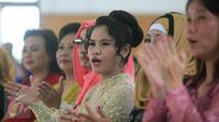 Mary Jane Fiesta Veloso (tengah) saat mengkuti perayaan hari kartini di Lapas Wirogunan,Yogyakarta, (23/4). Mengenakan kebaya berwarna putih, Mary tampak ceria mengikuti kegiatan yang diadakan di Lapas Wirogunan. (Boy Harjanto)