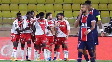 Pemain AS Monaco merayakan gol yang dicetak Cesc Fabregas ke gawang PSG pada laga lanjutan Liga Prancis di Stadion Stade Louis II, Sabtu (21/11/2020) dini hari WIB. PSG takluk 2-3 oleh AS Monaco. (AFP/Valery Hache)