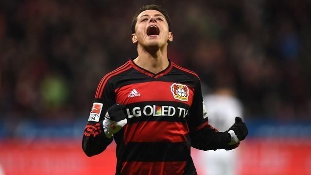 Pada laga Bayern Munchen melawan Bayer Leverkusen minggu lalu ada kejadian menarik ketika bola hasil sepakan Chicharito yang melebar dan membuat Thomas Muller terjatuh.