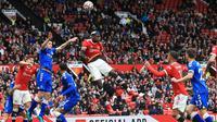 Gelandang Manchester United (MU) Paul Pogba coba menanduk bola pada laga uji coba melawan Everton di Old Trafford, Sabtu (7/8/2021). (AFP/Lindsey Parnaby)