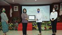 Apresiasi diberikan berupa sertifikat oleh Menteri Pemberdayaan Perempuan dan Perlindungan Anak, kepada Kadin dan Iwapi.