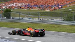 Pendukung Max Verstappen yang menggunakan kaos berwarna oranye memadati kursi penonton di GP Austria. Hal ini ditujukan untuk membuat dukungan pembalap asal Belanda tersebut. (Foto: AP/Darko Bandic)