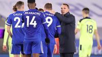 Manajer Leicester City, Brendan Rodgers memberikan semangat untuk anak asuhnya usai dikalahkan Newcastle United. (ALEX PANTLING / POOL / AFP)