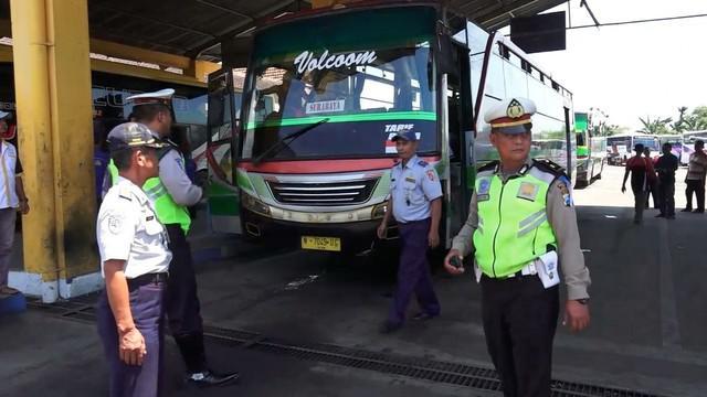 Hari pertama operasi lilin Polres Jember dan petugas Dishub datangi kantor PO Bus mereka melarang penggunaan klakson yang bukan standar