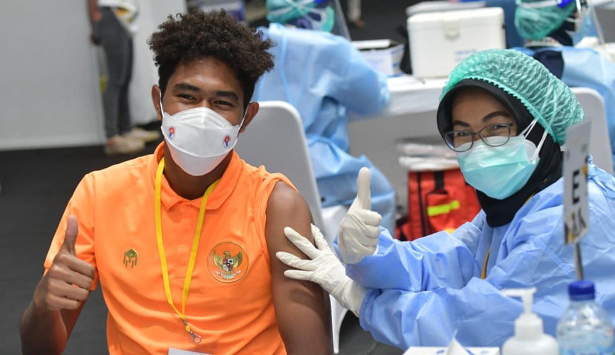 Gelandang Timnas Indonesia, Braif Fatari (kiri) mengangkat jempol usai menerima vaksinasi untuk atlet yang dilaksanakan di Istora Senayan. (Foto: Dok. Kemenpora)