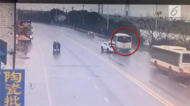 Sebuah bus terjun ke sungai usai bertabrakan dengan sebuah mobil SUV di China.