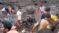 Warga sedang mencari korban jiwa yang tertimbun material lumpur dan tumpukan batu. (Liputan6.com/ Dionisius Wilibardus)