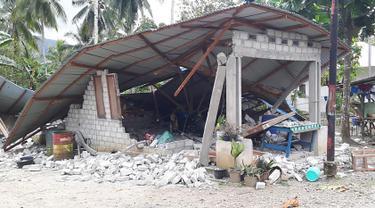 Kondisi bangunan rumah yang rusak akibat diguncang gempa di Ambon, Maluku, Jumat (27/9/2019). Badan Nasional Penanggulangan Bencana (BNPB) mengatakan 171 rumah rusak akibat gempa Magnitudo 6,5 yang mengguncang Maluku pada Kamis 26 September 2019. (HO/BADAN NASIONAL PENANGGULANGAN BENCANA/AFP)