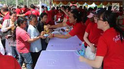 """Warga menukarkan kupon untuk mendapatkan sembako gratis dalam acara """"Untukmu Indonesia"""" di lapangan Monas, Jakarta, Sabtu (28/4). (Liputan6.com/Arya Manggala)"""