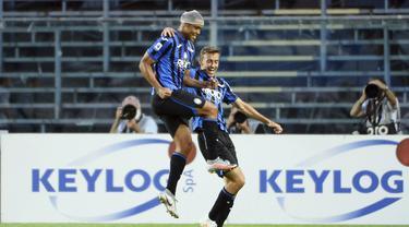 Pemain Atalanta Luis Muriel (kiri) melakukan selebrasi usai mencetak gol ke gawang Bologna pada pertandingan Liga Italia Serie A di Stadion Gewiss, Bergamo, Italia, Selasa (21/7/2020). Atalanta menang 1-0 dan kembali menempati posisi dua klasemen. (Giuseppe Zanardelli/LaPresse via AP)