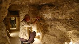 Seorang pengunjung melihat bagian dalam Step Pyramid atau Piramida Bertingkat di nekropolis Saqqara, Provinsi Giza, Mesir, Kamis (5/3/2020). Piramida Bertingkat diperkirakan sudah ada beberapa dekade sebelum Piramida Giza. (Xinhua/Ahmed Gomaa)