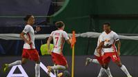 Momen ketika pemain RB Leipzig, Tyler Adams melakukan selebrasi usai mencetak gol kemenangan tim dan menyingkirkan Atletico Madrid dengan skor 2-1 dari ajang Liga Champions. (LLUIS GENE / POOL / AFP)