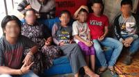 Pasangan ZA dan IB didampingi sang nenek beserta paman-paman ZA, Jumat (13/7/2018. (Rasidi Fadli/Radar Banjarmasin/Jawa Pos Group)
