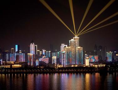 Pertunjukan Cahaya Lawan COVID-19 Hiasi Wuhan