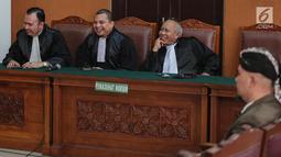 Terdakwa Ahmad Dhani saat menjalani sidang lanjutan atas kasus ujaran kebencian di Pengadilan Negeri Jakarta Selatan, Senin (19/11). Sidang pembacaan tuntutan JPU atas Ahmad Dhani ditunda hingga 26 November 2018. (Liputan6.com/Faizal Fanani)
