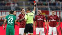 Wasit Piero Giacomelli memberikan kartu merah kepada pemain AC Milan Mateo Musacchio saat menghadapi Fiorentina dalam Serie A di Stadion San Siro, Milan, Italia, Minggu ( 29/9/2019). AC Milan kalah 1-3 saat menjamu Fiorentina. (AP Photo/Antonio Calanni)