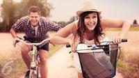 Biar hubungan dengan pasangan makin mesra dan awet, kamu bisa cobain 4 ide kencan ini.