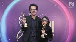 Penyanyi Endah N Rhesa memenggang piala usai meraih penghargaan Anugerah Musik Indonesia (AMI) Awards 2017 di Teater Garuda TMII, Jakarta, Kamis (16/11). (Liputan6.com/Herman Zakharia)